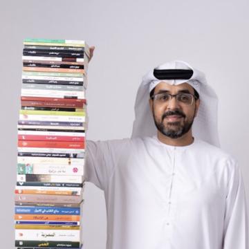 """صور: عبدالرحمن النقبي.. قارئ إماراتي يبني """"برجاً من الكتب"""" سنوياً"""