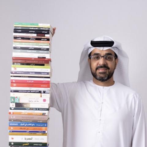 "${rs.image.photo} عبدالرحمن النقبي.. قارئ إماراتي يبني ""برجاً من الكتب"" سنوياً"