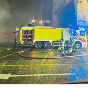 صور: أبطال الدفاع المدني في دبي يخمدون حريقاً في ميناء جبل علي خلال 40 دقيقة فقط!
