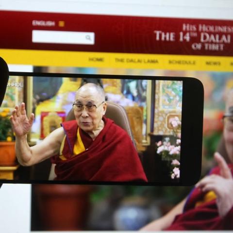 """صور: تعرّف على محطات في حياة الزعيم الروحي للبوذيين التبتيين """"الدالاي لاما"""" في عيد ميلاده الـ 86"""