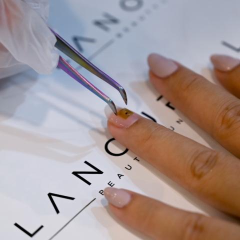 صور: صالون في دبي يقدّم طريقة جديدة لحفظ ونقل البيانات.. خلال طلاء الأظافر بشريحة ذكيّة!