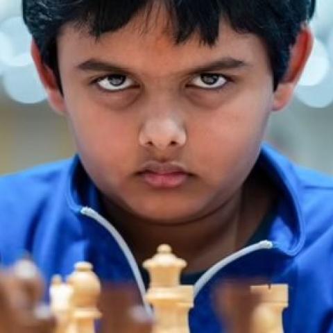 صور: الطفل المعجزة أبهيمانيو ميشرا أصغر أستاذ دولي في الشطرنج!