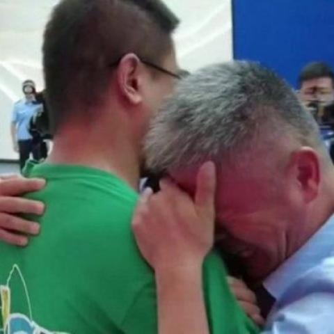 صور: لقطة مؤثرة لأب صيني يلتقي ابنه المخطوف بعد 24 عاماً من الفراق