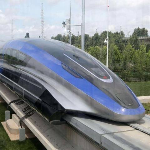 صور: قطار سريع ينطلق على ارتفاع 3 كيلومترات فوق سطح البحر في الصين
