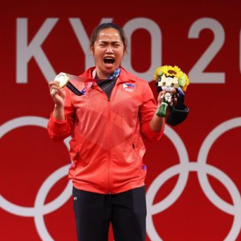Photo: Weight lifter Hidilyn Diaz wins the Philippines' first golden medal!