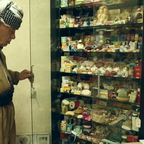 صور: العراقي يونس غفور عبد الله.. جامع للصابون منذ 60 عام!