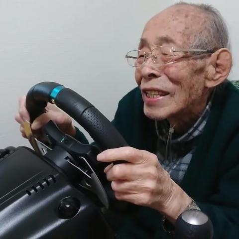 """صور: سائق تاكسي ياباني بعمر الـ 93 يصبح """"أسطورة"""" اليوتيوب في ألعاب الفيديو!"""