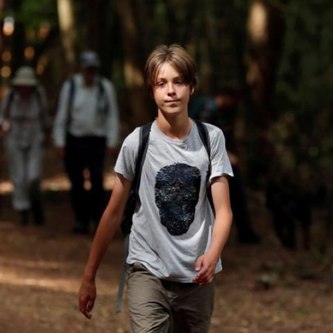 صور: لإنقاذ الكوكب.. فتى بريطاني يقطع المسافات على الأقدام!