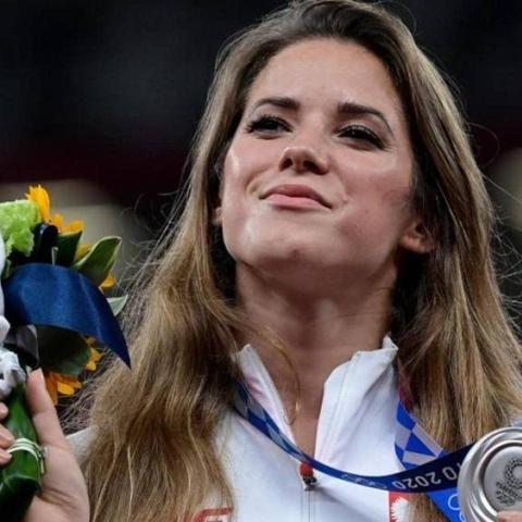 صور: بطلة أولمبية بولندية تبيع ميداليتها الفضية في مزاد لعلاج قلب طفل!