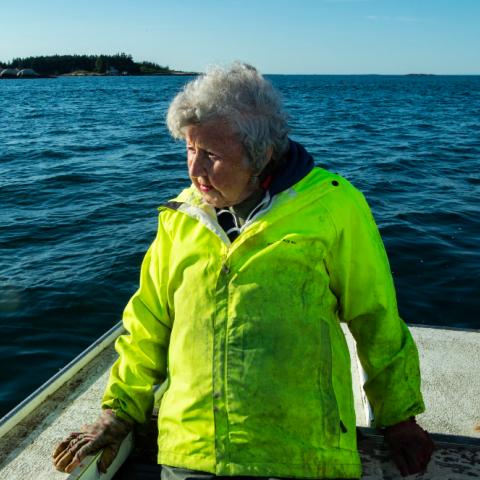 صور: فيرجينيا أوليفر.. أمريكية تواظب على شغفها بصيد الكركند رغم تخطيها الـ 100 عام!