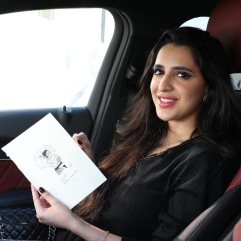 """صور: """"رامشا""""..فنانة مقيمة في دبي تزرع البسمة على شفاه العاملين بطريقتها الخاصة"""