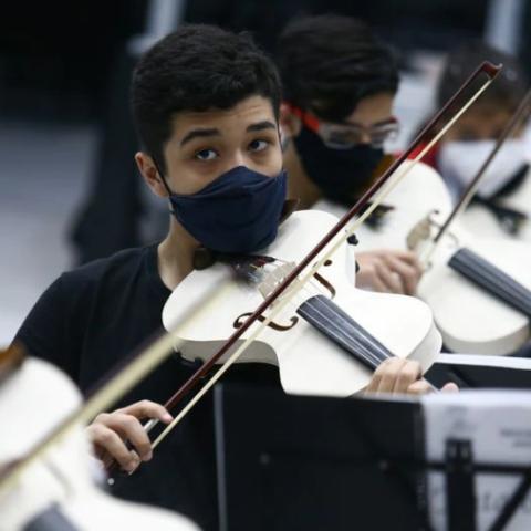 صور: من أنابيب بلاستيكية إلى آلات كمان وتشيلو.. مشروع برازيلي ينُتج الآلات الموسيقية للأطفال!