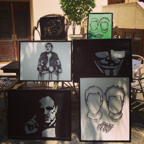 صور: فنانة مصرية تُبدع عملاً فنياً من أقراص أدوية والدتها الراحلة