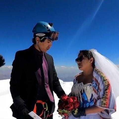صور: زوجان بوليفيان يتسلقان قمة جبل لثلاثة أيام لإقامة حفل زفافهما!