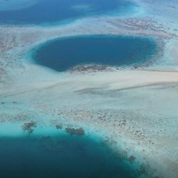 صور: هيئة البيئة في أبوظبي ترصد ثقباً أزرقاً نادراً، فماذا تعرف عن هذه الظاهرة الطبيعية؟