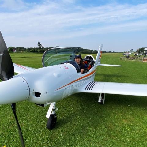 صور: جولة حول العالم بطائرة.. شابة بلجيكية بعمر الـ19 عاماً تطمح لتسجيل رقم قياسي في عالم الطيران
